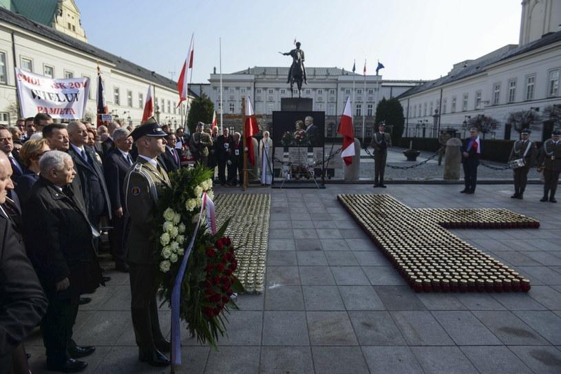 Prezes PiS Jarosław Kaczyński podczas apelu pamięci przed Pałacem Prezydenckim w Warszawie /PAP/EPA