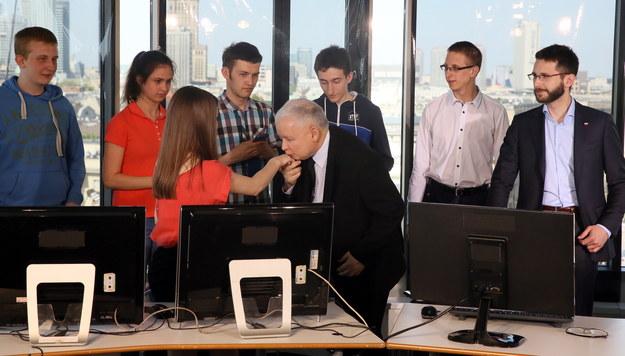 Prezes PiS Jarosław Kaczyński podczas internetowego czatu /Tomasz Gzell /PAP