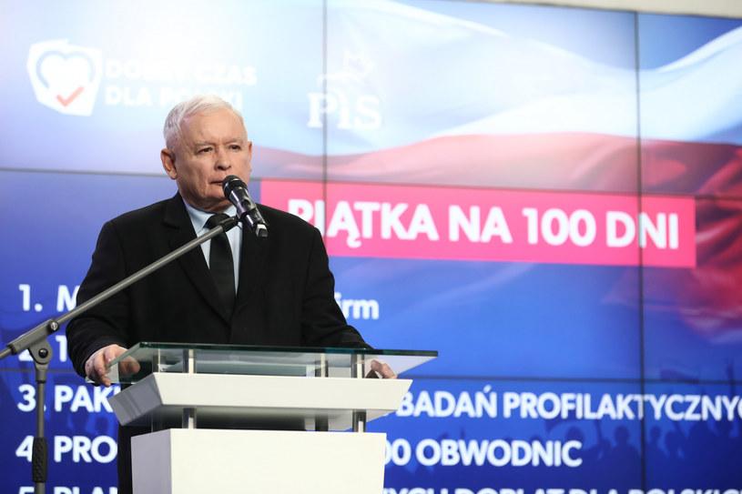 Prezes PiS Jarosław Kaczyński podczas konferencji prasowej w siedzibie partii na ulicy Nowogrodzkiej w Warszawie /fot. Andrzej Iwanczuk/REPORTER /Reporter
