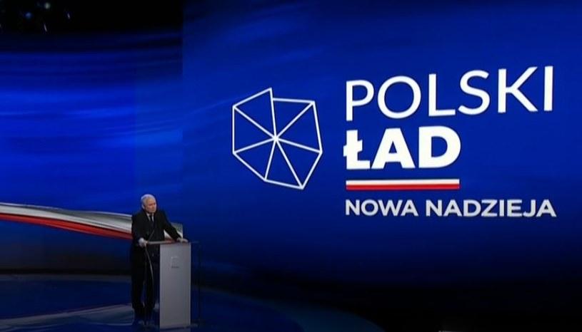 """Prezes PIS Jarosław Kaczyński podczas prezentacji programu """"Polski Ład"""" /"""