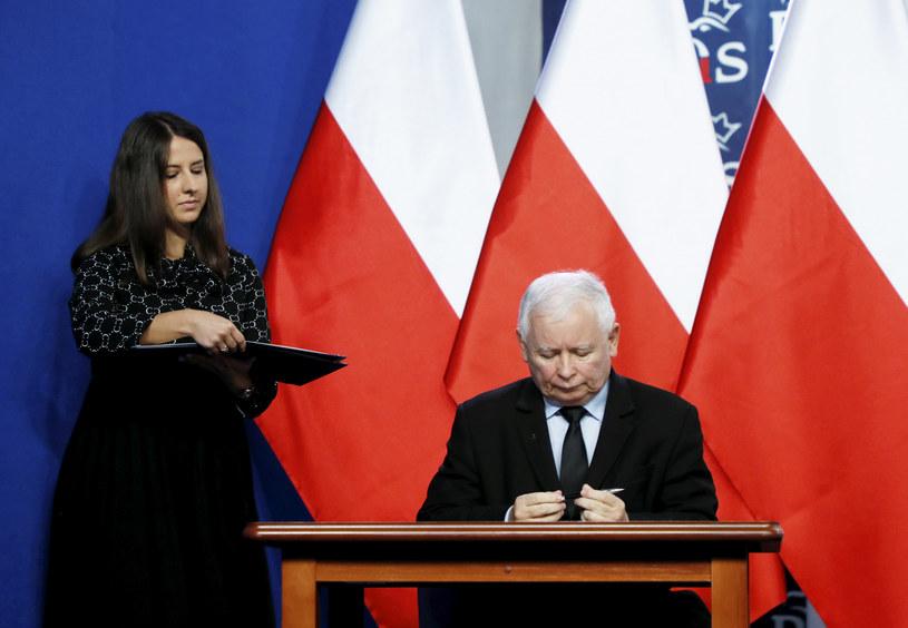 Prezes PiS Jarosław Kaczyński podpisuje nowe porozumienie Zjednoczonej Prawicy /Piotr Molecki /East News