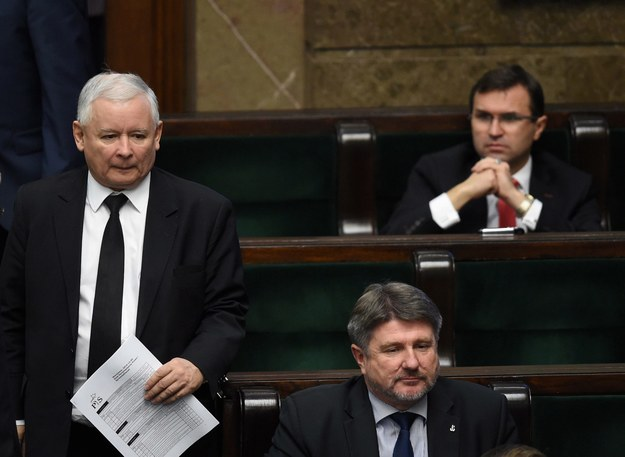 Prezes PiS Jarosław Kaczyński, poseł Zbigniew Girzyński (po prawej, z tyłu) i poseł Bogdan Rzońca w Sejmie (grudzień 2014) /Radek  Pietruszka /PAP