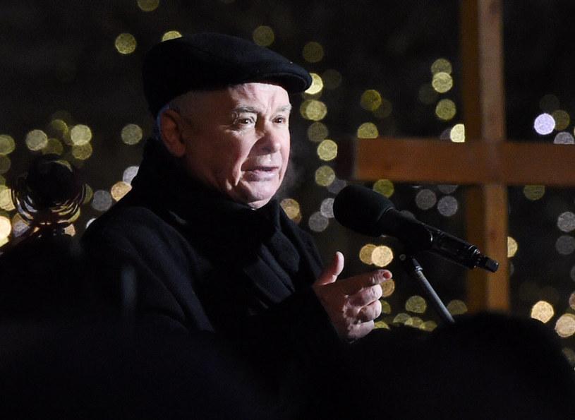 Prezes PiS Jarosław Kaczyński przemawia przed Pałacem Prezydenckim /Radek Pietruszka /PAP
