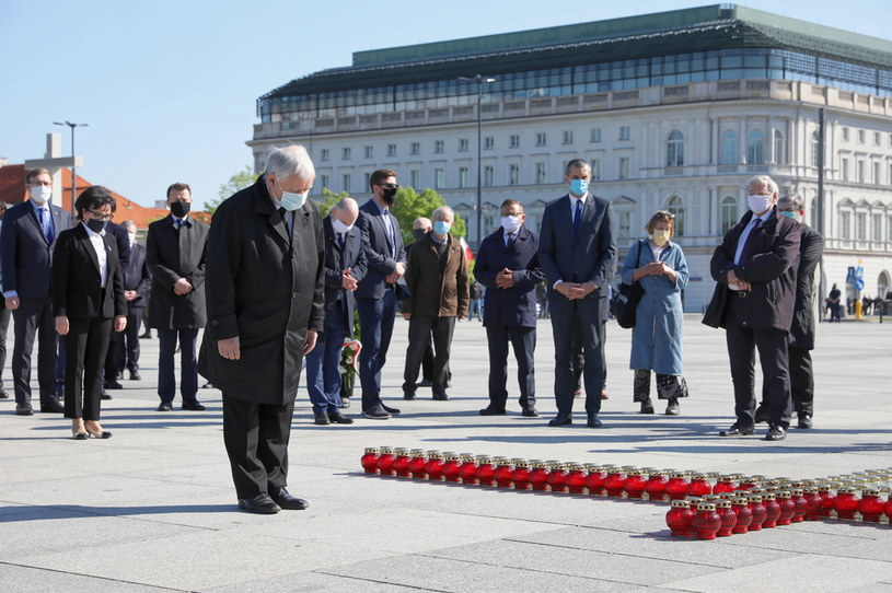 Prezes PiS Jarosław Kaczyński składa kwiaty przed przed pomnikiem Ofiar Tragedii Smoleńskiej na pl. Piłsudskiego w Warszawie z okazji miesięcznicy katastrofy smoleńskiej / Leszek Szymański    /PAP