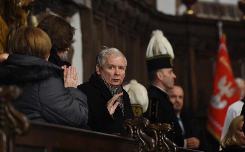 Prezes PiS Jarosław Kaczyński uczestniczył w wieczornej mszy świętej w warszawskiej archikatedrze /Radek Pietruszka /PAP