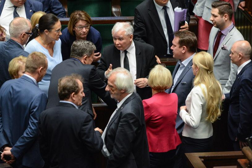 Prezes PiS Jarosław Kaczyński w otoczeniu polityków partii (fot. Jakub Kamiński) /PAP