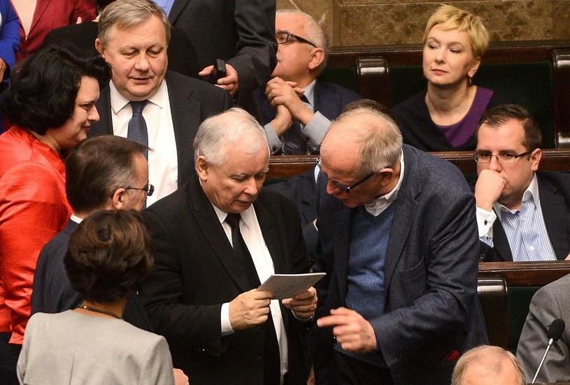 Prezes PiS Jarosław Kaczyński w otoczeniu posłów partii podczas posiedzenia Sejmu, zdj. ilustracyjne /Jakub Kamiński   /PAP