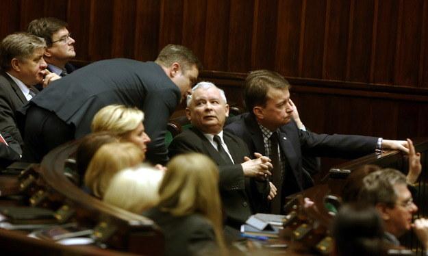 Prezes PiS Jarosław Kaczyński (w środku), rzecznik PiS Adam Hofman (po lewej) i szef klubu PiS Mariusz Błaszczak w Sejmie /Tomasz Gzell /PAP/EPA