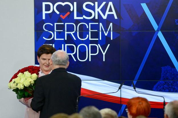 Prezes PiS Jarosław Kaczyński wręcza wicepremier Beacie Szydło kwiaty / Jakub Kamiński    /PAP