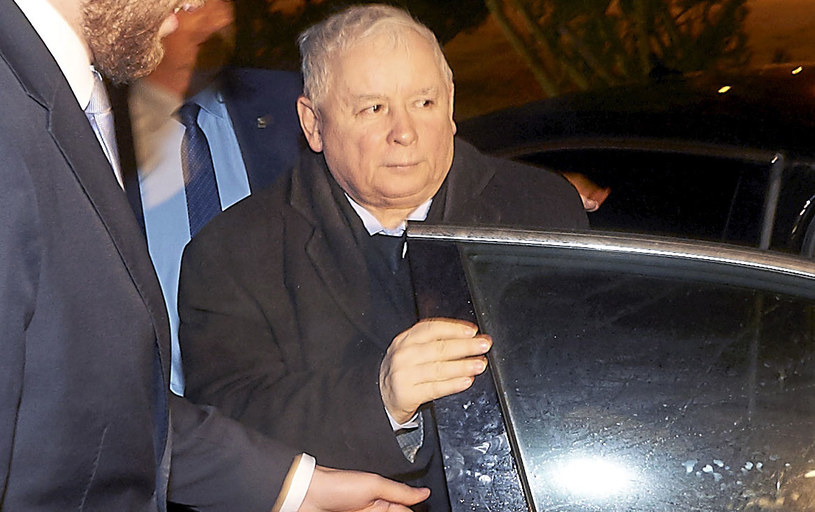 Prezes PiS Jarosław Kaczyński wysiada z samochodu przed historyczną salą BHP na terenie byłej Stoczni Gdańskiej /Dominik Kulaszewicz /PAP