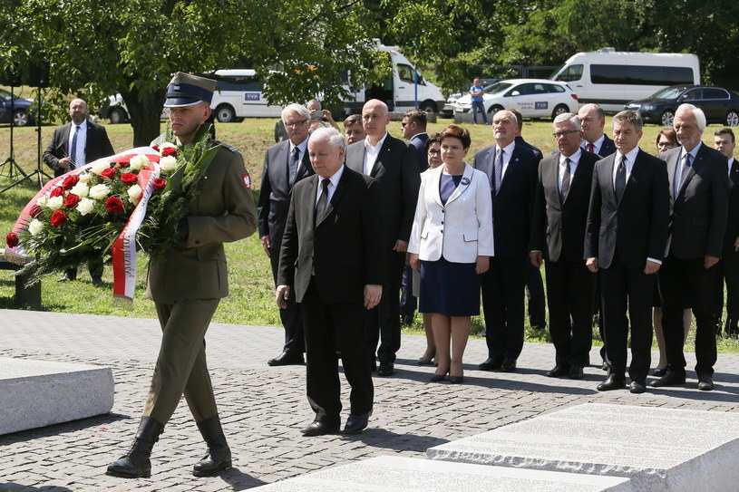 Prezes PiS Jarosław Kaczyński złożył kwiaty pod Pomnikiem Rzezi Wołyńskiej na Skwerze Wołyńskim w Warszawie /Paweł Supernak /PAP