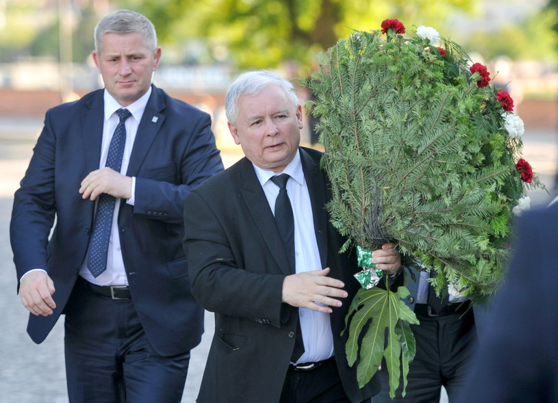 Prezes PiS poleciał do Krakowa, żeby złożyć wieniec na grobie swojego brata, Lecha Kaczyńskiego, w dniu jego urodzin /Michał Klag /PAP
