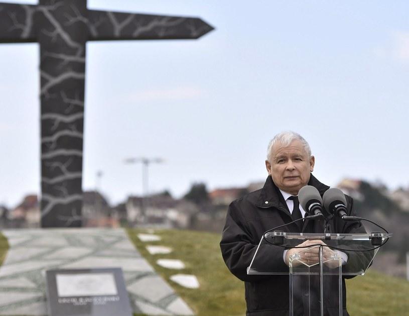 Prezes PiS przemawia podczas odsłonięcia pomnika /PAP/EPA