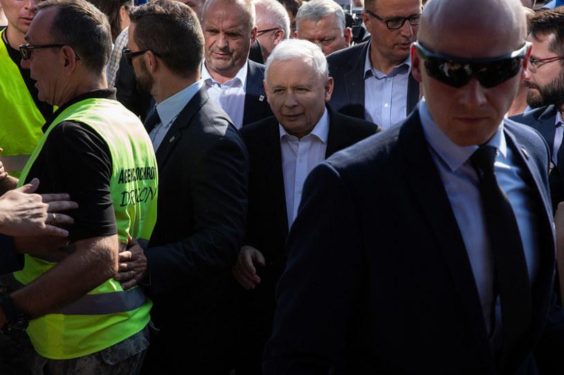 Prezes PiS w towarzystwie polityków partii rządzącej i ochrony /Andrzej Hulimka  /Agencja FORUM