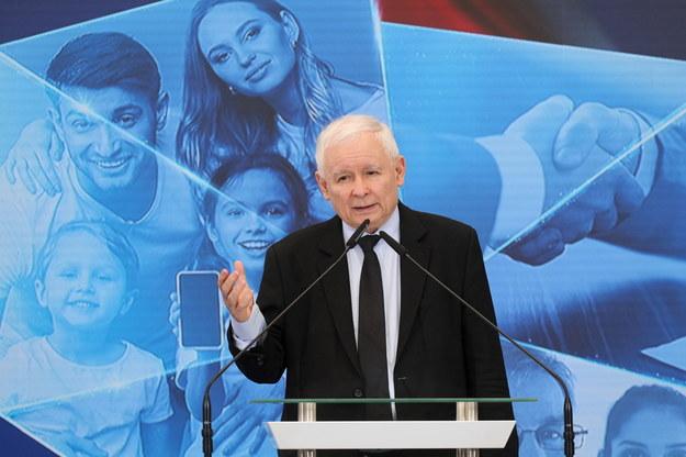 Prezes PiS, wicepremier Jarosław Kaczyński (P) podczas konferencji prasowej w Warszawie /Paweł Supernak /PAP