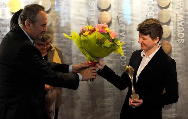 Prezes PKOl Andrzej Kraśnicki wręcza kwiaty Jolancie Samulewicz fot: Bartłomiej Zborowski /PAP