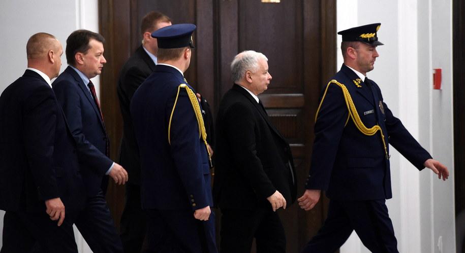 Prezes Prawa i Sprawiedliwości Jarosław Kaczyński (2P) opuszcza Sejm /Radek Pietruszka /PAP