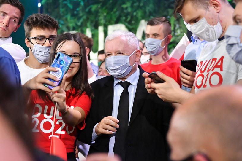 Prezes Prawa i Sprawiedliwości Jarosław Kaczyński (C) pozuje do pamiątkowych zdjęć podczas Konwencji Forum Młodych PiS /Wojciech Jargilo /PAP