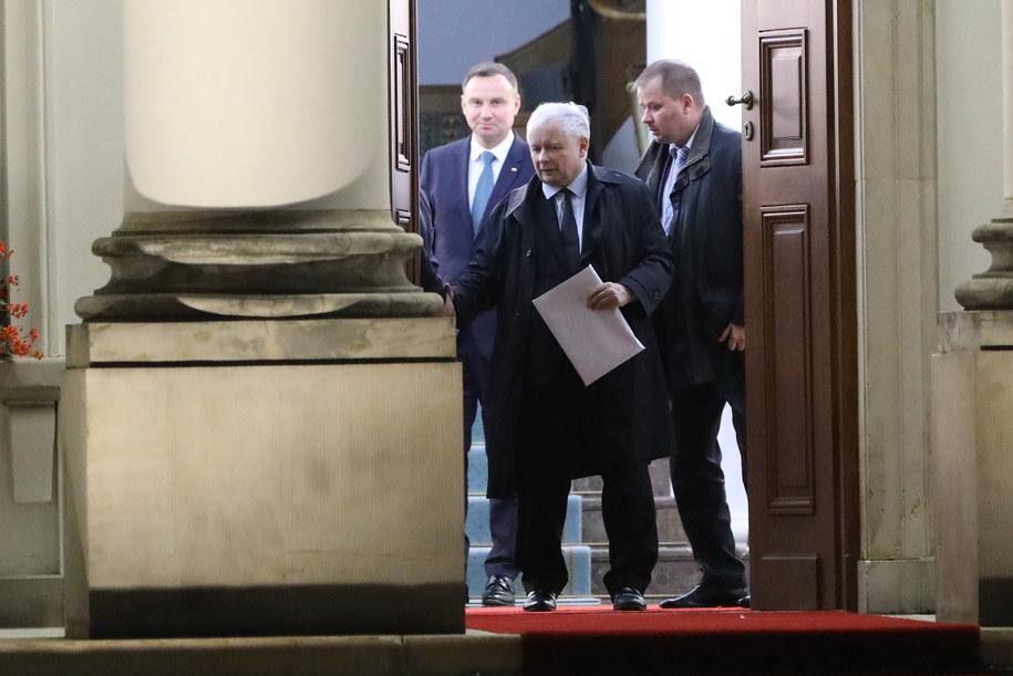 Prezes Prawa i Sprawiedliwości Jarosław Kaczyński (C) wychodzi z Belwederu /Rafał Guz /PAP