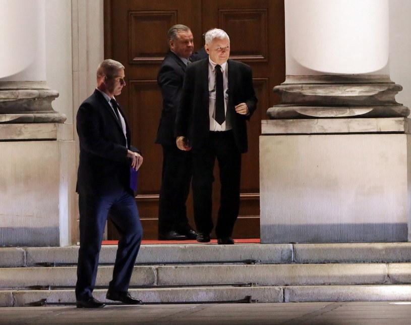 Prezes Prawa i Sprawiedliwości Jarosław Kaczyński (P) opuszcza Belweder /Tomasz Gzell /PAP