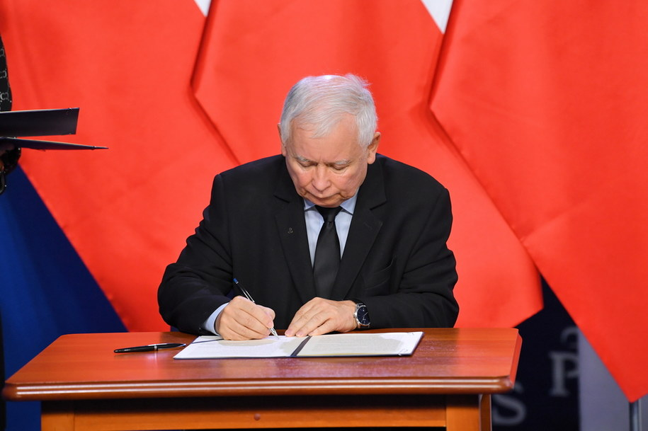 Prezes Prawa i Sprawiedliwości Jarosław Kaczyński podpisuje umowę koalicyjną Zjednoczonej Prawicy / Radek Pietruszka   /PAP