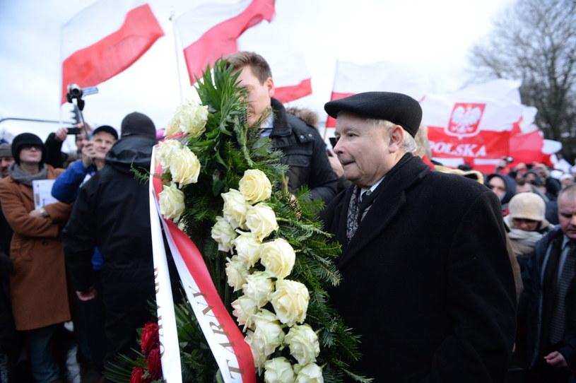 Prezes Prawa i Sprawiedliwości Jarosław Kaczyński składa kwiaty przed pomnikiem Marszałka Piłsudskiego przed Belwederem podczas Marszu Wolności /Jacek Turczyk /PAP