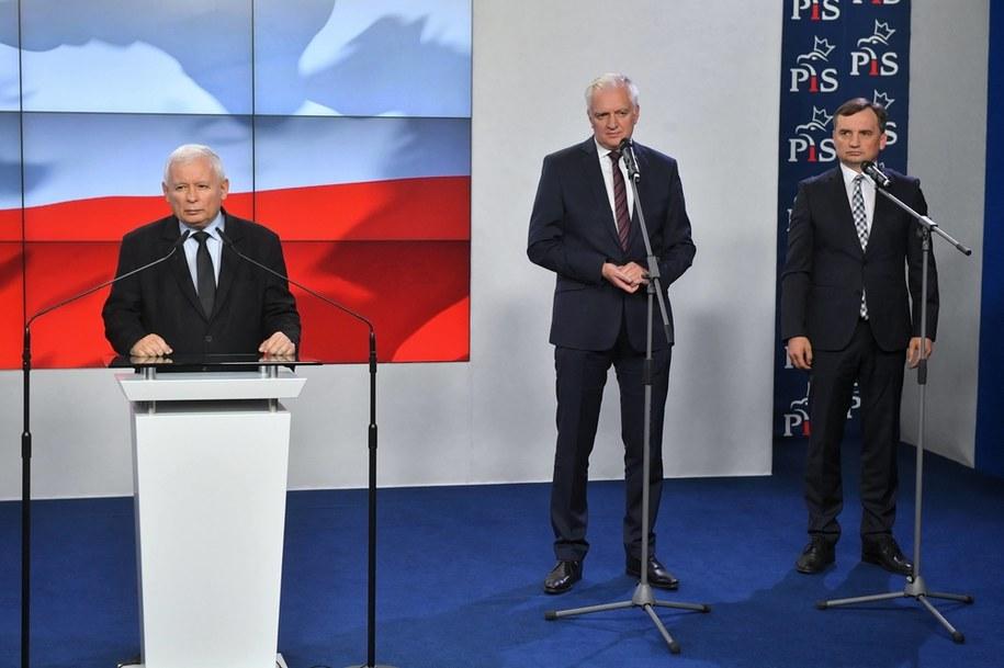 Prezes Prawa i Sprawiedliwości Jarosław Kaczyński, szef Porozumienia Jarosław Gowin oraz prezes Solidarnej Polski Zbigniew Ziobro / Radek Pietruszka   /PAP