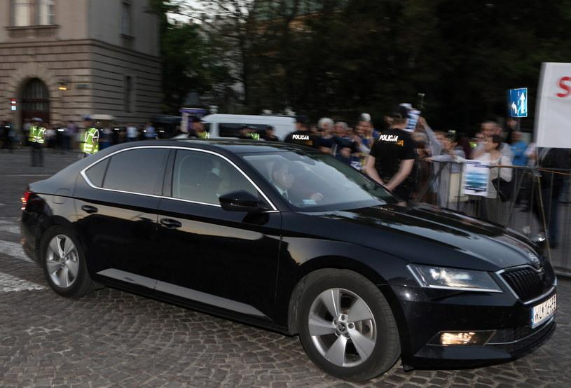 Prezes Prawa i Sprawiedliwości Jarosław Kaczyński (w samochodzie) wjeżdża na Wawel /Stanisław Rozpędzik /PAP