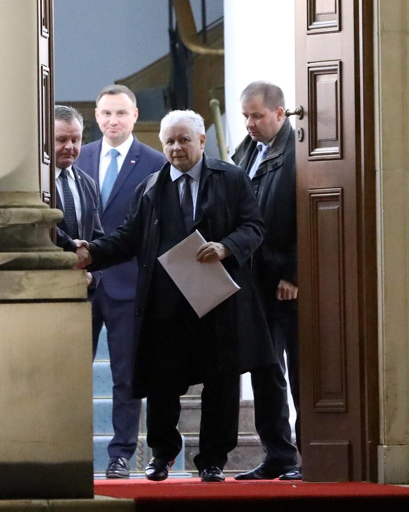 Prezes Prawa i Sprawiedliwości Jarosław Kaczyński wychodzi z Belwederu /Rafał Guz /PAP