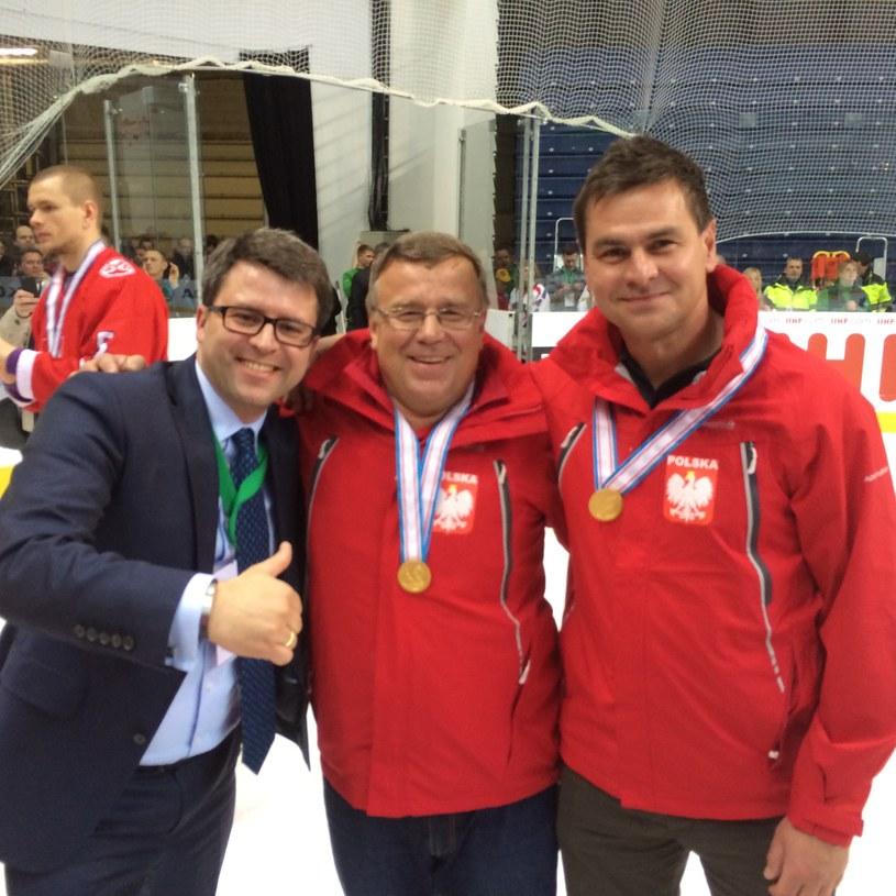 Prezes PZHL Dawid Chwałka (z lewej) razem z trenerami reprezentacji - Igorem Zacharkinem (w środku) i Jackiem Płachtą po awansie kadry do Dywizji IA /Informacja prasowa