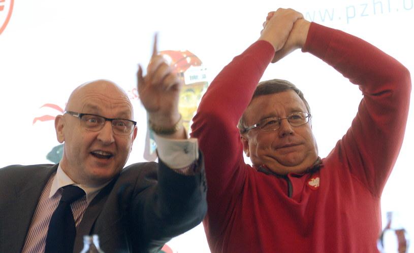 Prezes PZHL dr Piotr Hałasik (L) oraz trener drużyny narodowej Igor Zacharkin /Bartłomiej Zborowski /PAP