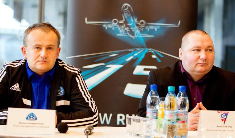 Prezes Ruchu Chorzów Dariusz Smagorowicz (z lewej) i wiceprezes Górnika Zabrze Krzysztof Maj /Fot. Andrzej Grygiel /PAP