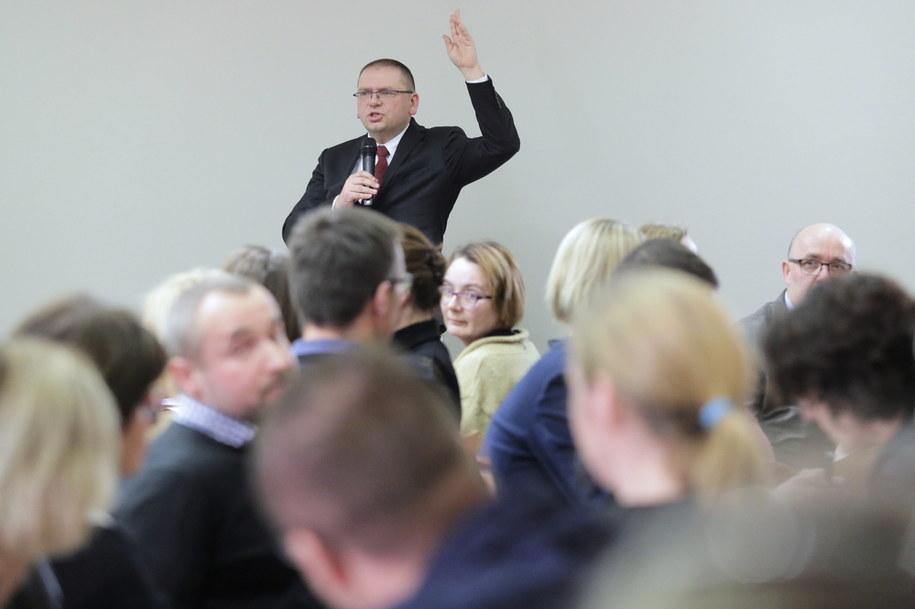 Prezes Sądu Rejonowego w Olsztynie Maciej Nawacki podczas piątkowego zebrania sędziów tego sądu / Tomasz Waszczuk    /PAP
