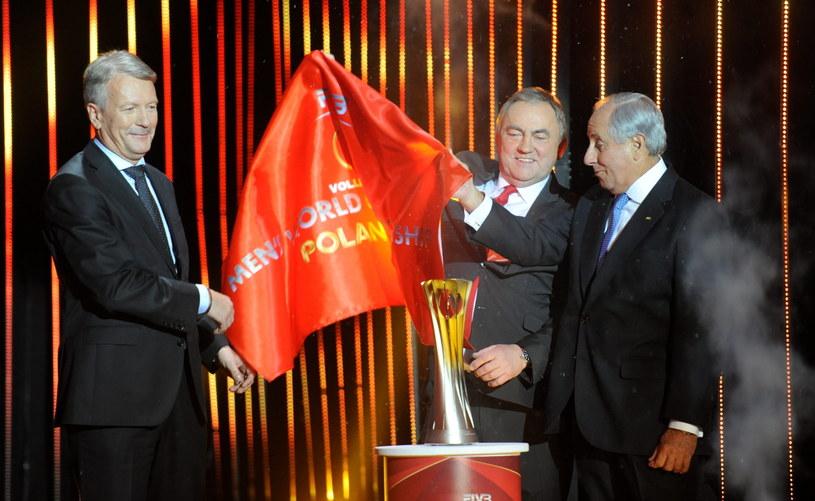 Prezes Telewizji Polsat Mirosław Błaszczyk, prezes PZPS Mirosław Przedpełski i prezydent FIVB Dr Ary Graca prezentują trofeum podczas uroczystości losowania grup MŚ /Bartłomiej Zborowski /PAP