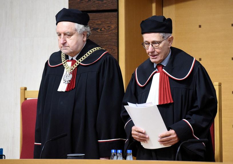 Prezes TK Andrzej Rzepliński (L) oraz sędzia Stanisław Rymar podczas wtorkowej rozprawy /Radek Pietruszka /PAP