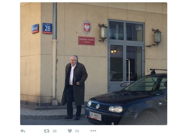 Prezes TK Andrzej Rzepliński podczas opuszczania warszawskiej prokuratury /Twitter