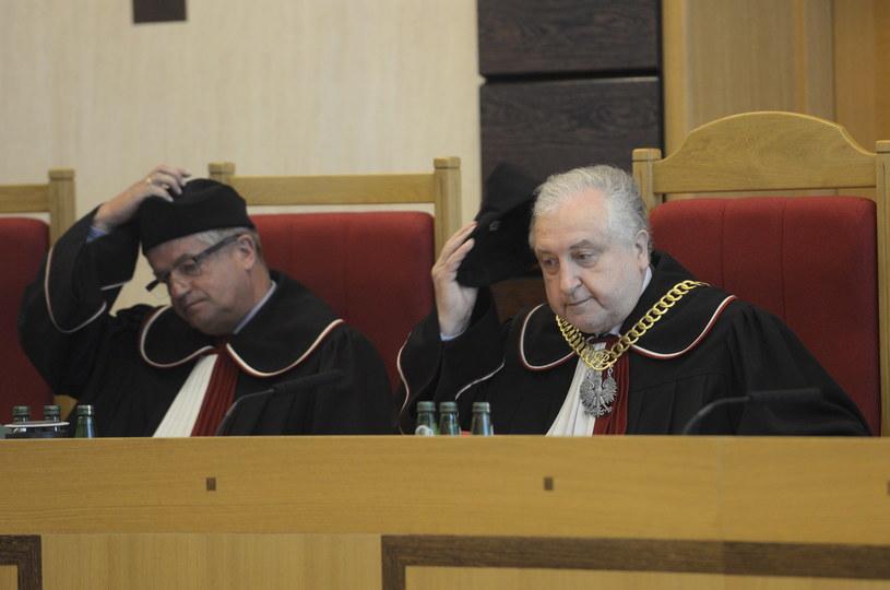 Prezes TK sędzia Andrzej Rzepliński (P) i sędzia Stanisław Rymar (L) podczas rozprawy przed Trybunałem Konstytucyjnym dotyczącej uchwalenia ustawy o systemie ubezpieczeń społecznych w trybie pilnym /PAP