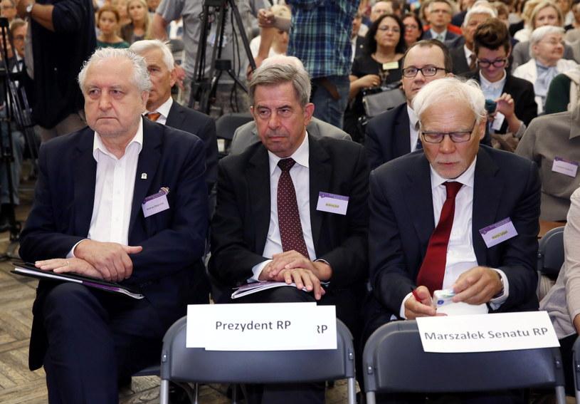 Prezes Trybunału Konstytucyjnego Andrzej Rzepliński (L), były prezes TK i były rzecznik praw obywatelskich Andrzej Zoll (C) oraz b. prezes TK, sędzia Trybunału Sprawiedliwości Unii Europejskiej Marek Safjan (P) /Tomasz Gzell /PAP