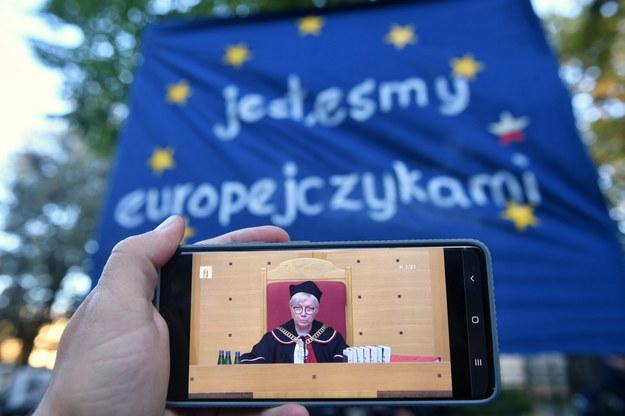 Prezes Trybunału Konstytucyjnego Julia Przyłębska podczas obrad oglądanych na ekranie smartfona przed siedzibą Trybunału Konstytucyjnego w Warszawie /Radek Pietruszka /PAP