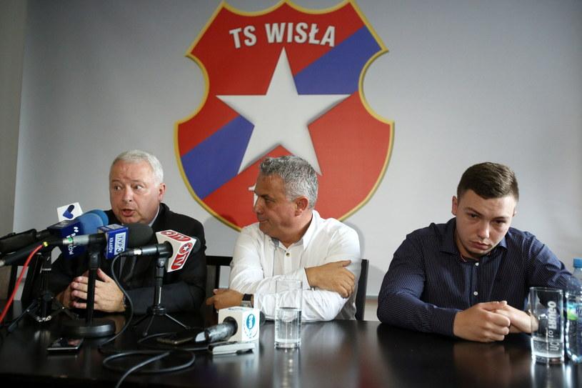 Prezes TS Wisła Kraków Piotr Dunin-Suligostowski (z lewej), wiceprezes Robert Szymański oraz członek zarządu TS i członek rady nadzorczej SKWK Damian Dukat /Fot. Stanisław Rozpędzik /PAP