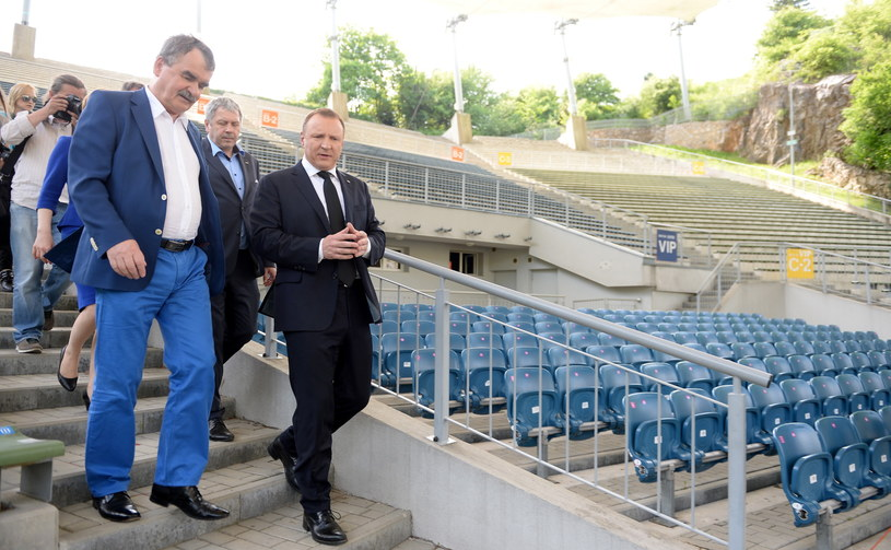 Prezes TVP Jacek Kurski (2L) i prezydent Kielc Wojciech Lubawski (3L) podczas konferencji prasowej w amfiteatrze Kadzielnia w Kielcach /Piotr Polak /PAP