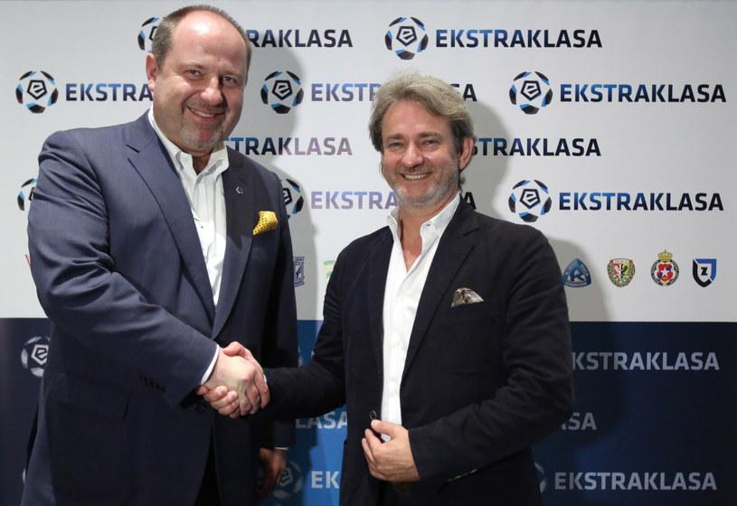 Prezes zarządu piłkarskiej Ekstraklasy S.A. Bogusław Biszof (z lewej) i prezes Totalizatora Sportowego Wojciech Szpil /Fot. Leszek Szymański /PAP