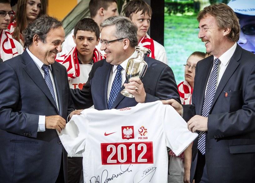 Prezes Zbigniew Boniek (z prawej, w środku prezydent RP Bronisław Komorowski), rozmawiał o Legii z szefem UEFA Michelem Platinim (z lewej). /AFP