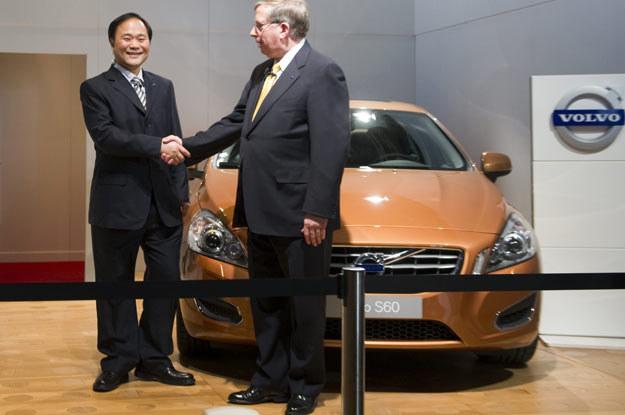 Prezes  Zhejiang Geely Holding Group Li Shufu (z lewej) i vice prezydent Forda, Lewis Booth /AFP