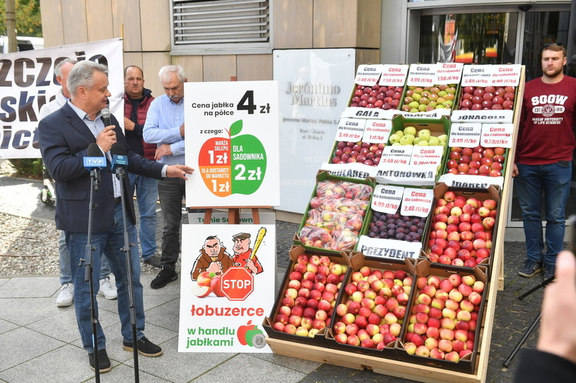 Prezes Związku Sadowników Rzeczpospolitej Polskiej Mirosław Maliszewski (L) podczas dzisiejszego protestu ws. wymuszania niskich cen jabłek przez sieci handlowe /PAP