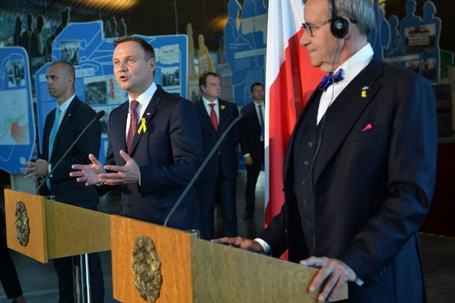 Prezydenci Andrzej Duda i Toomas Hendrik Ilves podczas konferencji prasowej /Jacek Turczyk /PAP