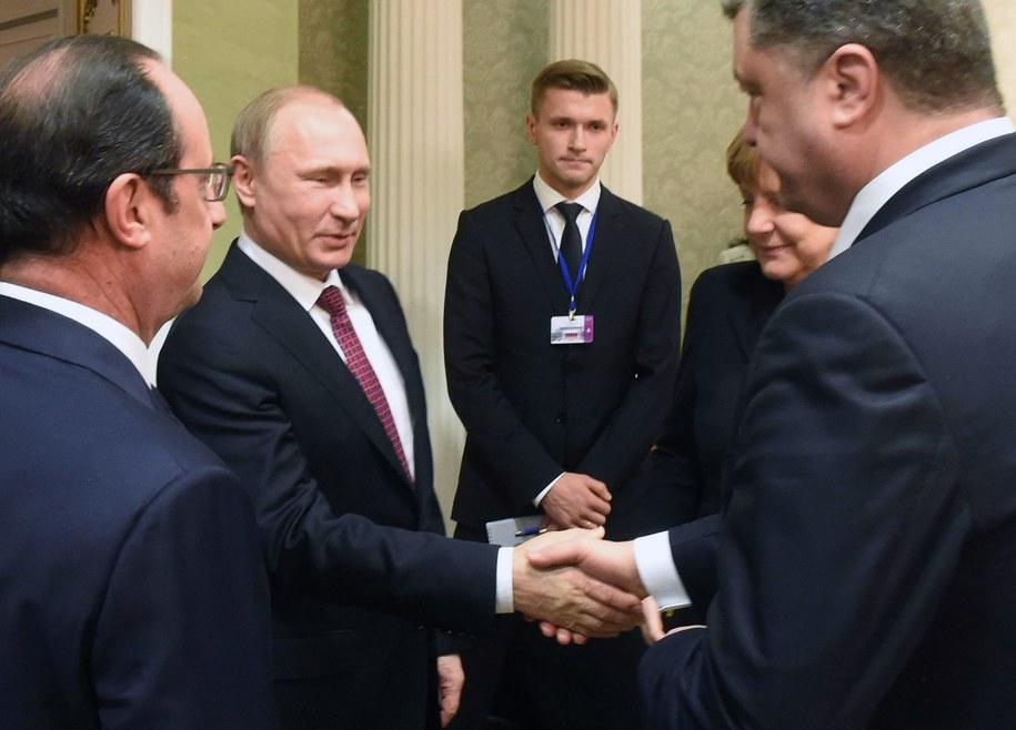 Prezydenci Rosji i Ukrainy podają sobie ręce /ANDREI STASEVICH /PAP/EPA