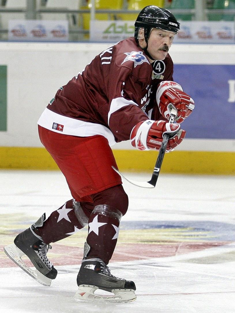 Prezydent Alaksandr Łukaszenka lubi pograć w hokeja /AFP