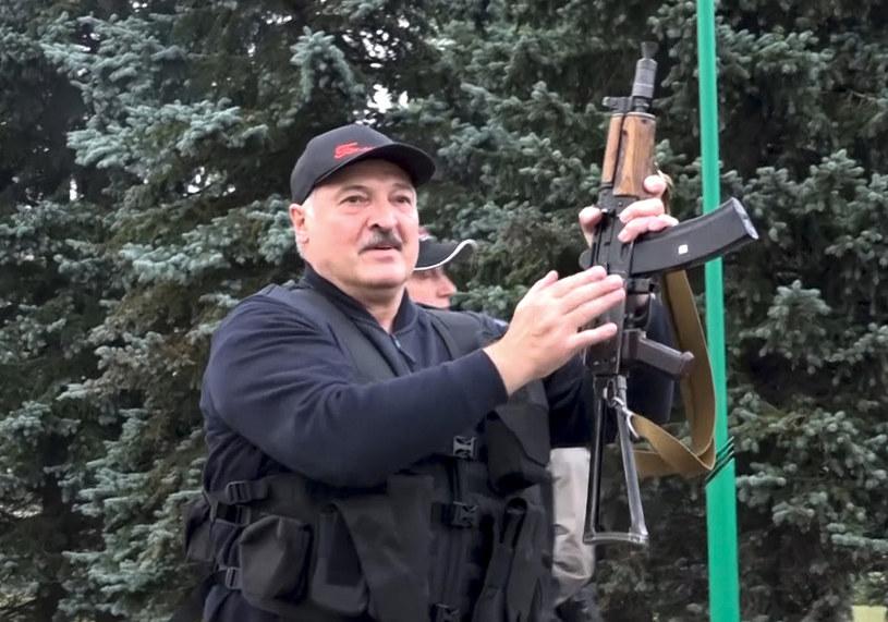 Prezydent Aleksander Łukaszenka demonstrował swoją siłę, trzymając w ręku karabin /State TV and Radio Company of Belarus/Associated Press/ /East News