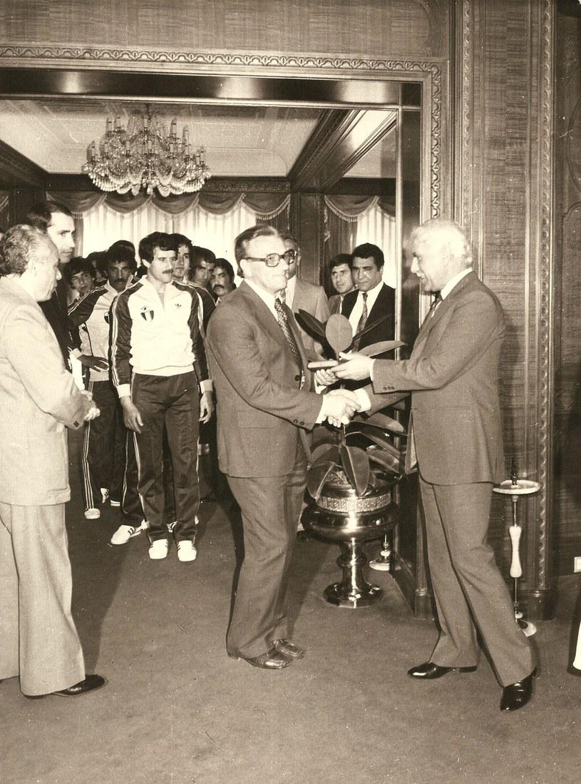 Prezydent Algierii Szadli Bendżedid (z prawej) wręcza państwowo odznaczenie trenerowi Stefanowi Żywotko /